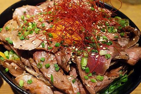 【神保町ペロリ旅】第65食 ローストビーフ丼の次はこれ!? 「羊肉酒場0,19」の「ローストラム丼300g大盛り」(前編)