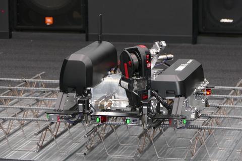 鉄筋を自動で結束するロボット。千葉工大と大成建設が開発