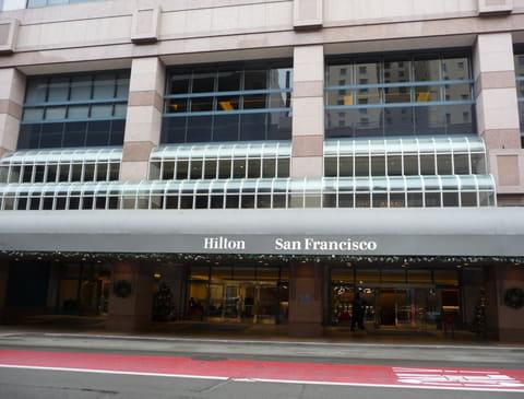 12月開催のIEDM 2017で披露される次世代の半導体製造技術とメモリ技術 IEDMの会場であるHilton San Francisco Union Squareホテルの玄関。昨年(2016年)12月のIEDM開催時に筆者が撮影したもの