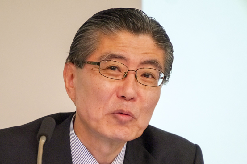 売却がほぼ決定し、安堵の表情を浮かべながらコメントする塚野副社長