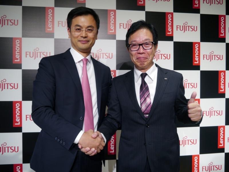 富士通クライアントコンピューティング 代表取締役社長の齋藤邦彰氏(右)と、レノボ・グループ・リミテッド シニアバイスプレジデント兼アジアパシフィック地域プレジデントのケン・ウォン氏