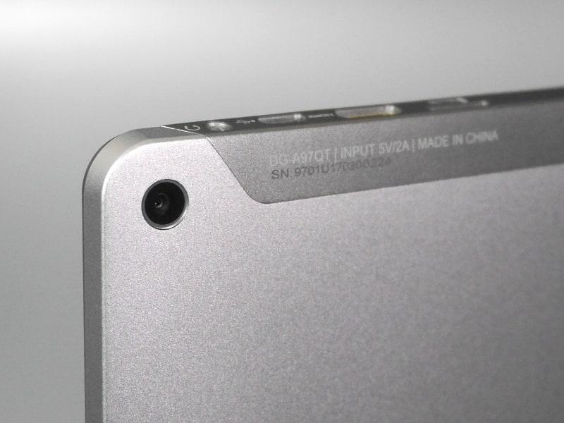 さらに面を挟んだすぐ隣には背面カメラを備える。背面から出っ張りのないフラットな構造が特徴