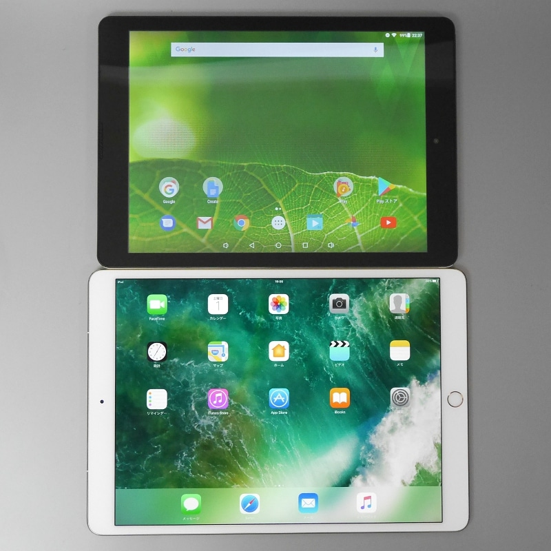 上が本製品、下が10.5インチiPad Pro(試用機材の関係で、上記の表にある第5世代iPadではないので留意されたい)。アスペクト比はいずれも4:3で、インカメラのレイアウトもそっくりだ