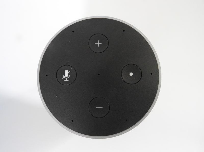 Echoの上面。Echo Dotとボタンの配置は同じだが、デザインがやや異なっており、7個あるマイクの穴がわかりやすい