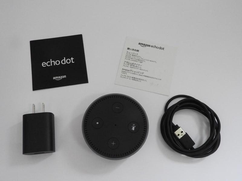 Echo Dotのパッケージ内容。本体とACアダプタ、充電用のMicro USBケーブル、簡易ガイドが付属する