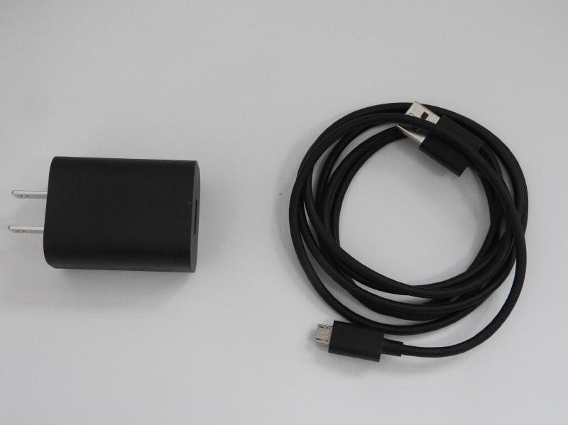 Echo Dotに付属するACアダプタとMicro USBケーブル