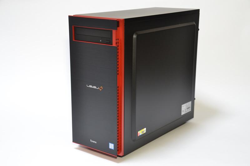 ケースは黒をベースに、特徴的な赤のアクセントが入る