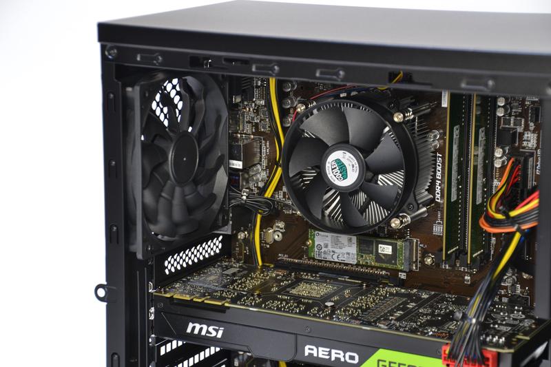 CPUクーラーはCooler Master製のものを採用。すぐ横に12cmファンがあり、強力に排気している