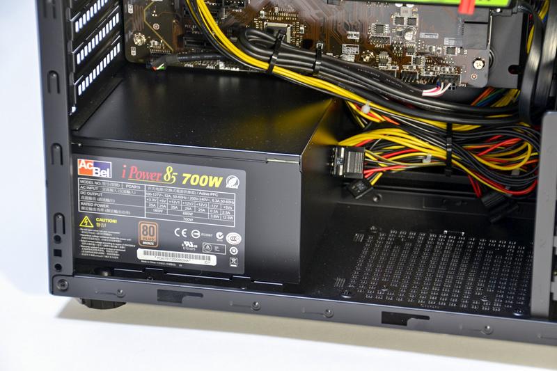 電源はAcBel製。700Wで80PLUS BRONZE取得のモデル