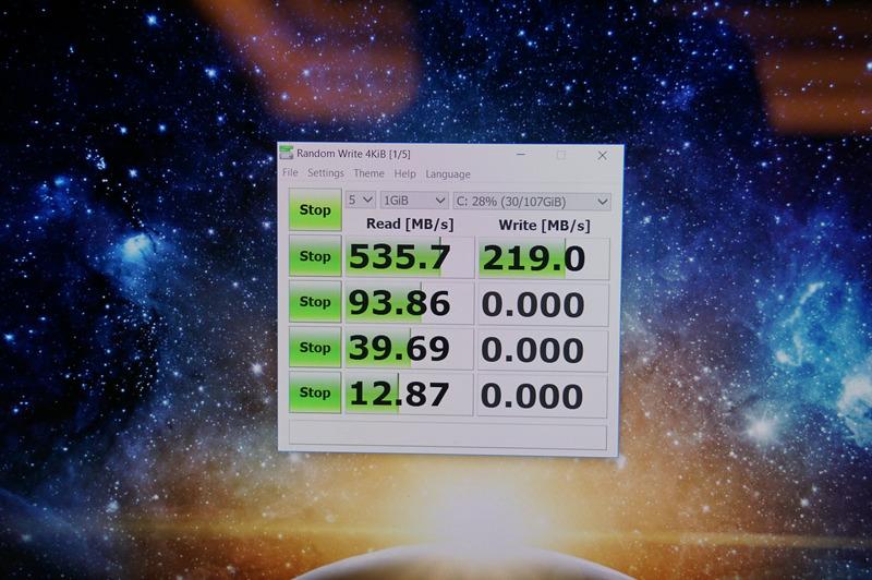 ASUSのNovaGoでのCrystalDiskMark(UWP版)の結果