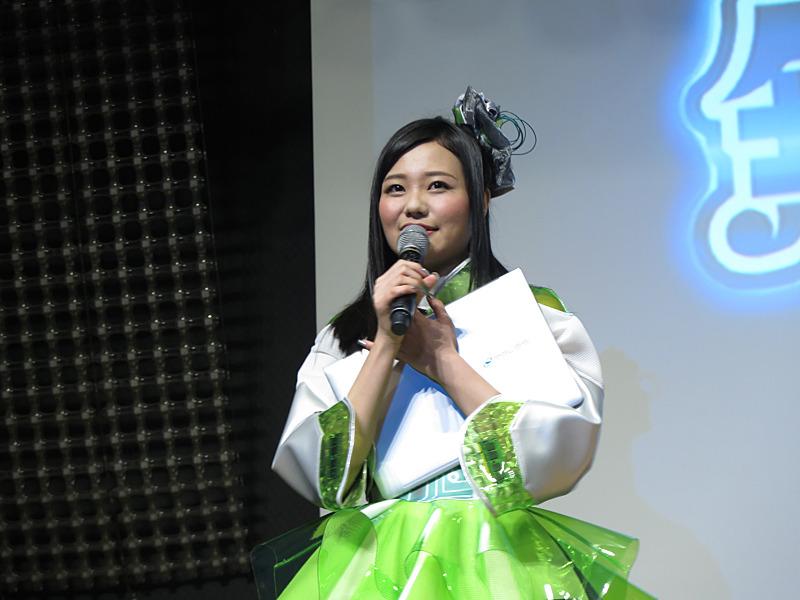 SENSE∞を手にする窪田美沙さん
