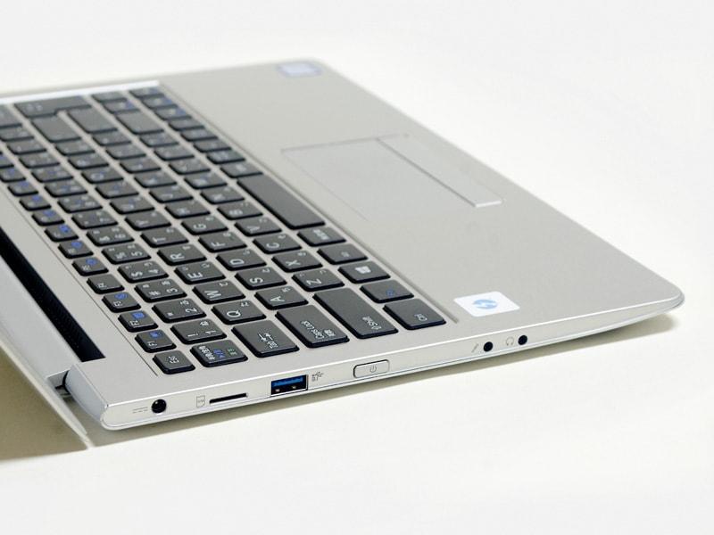 左側面。電源入力、SIMスロット(ダミー)、USB 3.0、電源ボタン、音声入出力。パネルはこの角度が最大