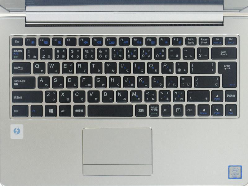 キーボードはテンキーなしのアイソレーションタイプ。タッチパッドはボタンが左右一体型