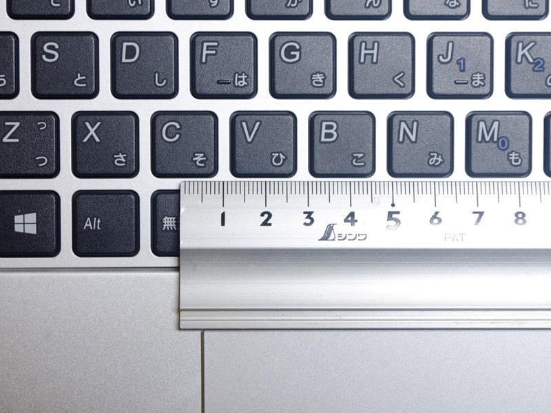 キーピッチは実測で約19mm。スペースキー周辺以外はほぼ均一だが、なぜか「{」、「}」などの一部のキーだけ異様に広い