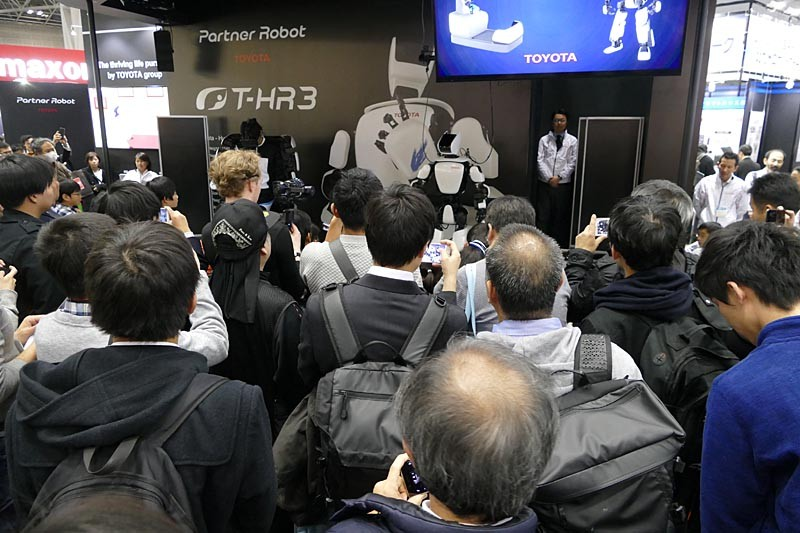 国際ロボット展でのトヨタ「T-HR3」のデモは黒山の人だかり