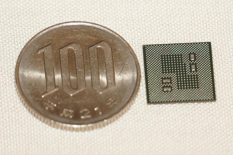 百円硬貨と比較しているSnapdragon 845、パッケージのサイズは24×24mmとSnapdragon 835と同じ。なお、この世代からMSM8996のようなMSM型番はなくなり、Snapdragon 845のSDM845となる。モデム内蔵はSDMとなり、モデムなしバージョンはSDAになる