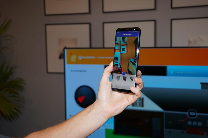 NPEを利用したアプリケーションの例。Snapdragon 835を搭載したGalaxyシリーズでのデモ、背景に色をリアルタイムにつけている。こうしたNPEのAIアプリケーションをそのままSnapdragon 845で活用できる