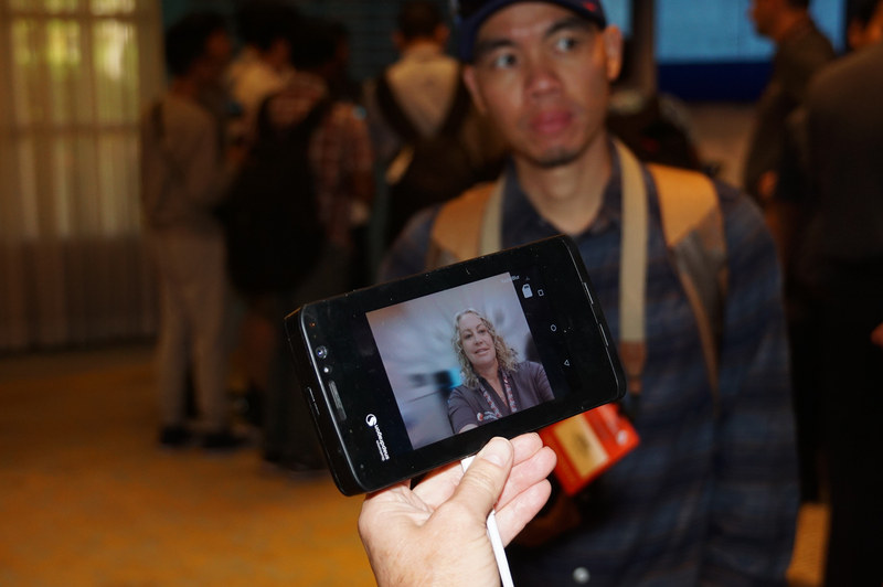 Snapdragon 845でのデモ、ボタン1つで背景だけにぼかしを入れている。AIが自分と背景を認識して、背景だけにぼかしを入れている。応用すると単眼のカメラでポートレートモードで背景をぼかした映像を撮影したりが可能