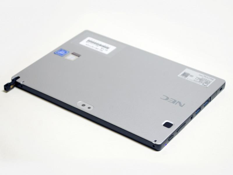 右/上側面。右側面に電源ボタン、音量±ボタン、音声入出力、USB 3.0×2、microSDカードスロット、Micro HDMI。上側面にデジタイザペン収納場所。
