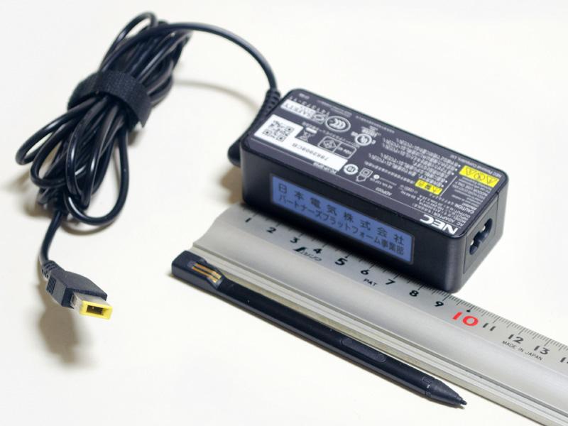 付属品など。ACアダプタのサイズは90×40×28mm(同)、重量174g、出力20V/2.25A。デジタイザペンは側面に電極があり、本体に収納すると充電される