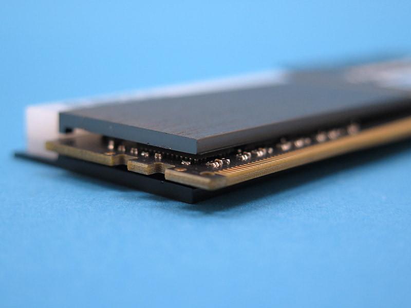 基板はオリジナル設計で、チップが左右のエッジに寄っている。JEDECが公開しているリファレンス基板設計としては、SK Hynixが設計したA1,D1にもっとも近い