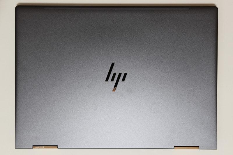 本体天面。hpのロゴは鏡面仕上げ。筐体表面には梨地処理が施されており、細かな傷が付いてもあまり目立たない
