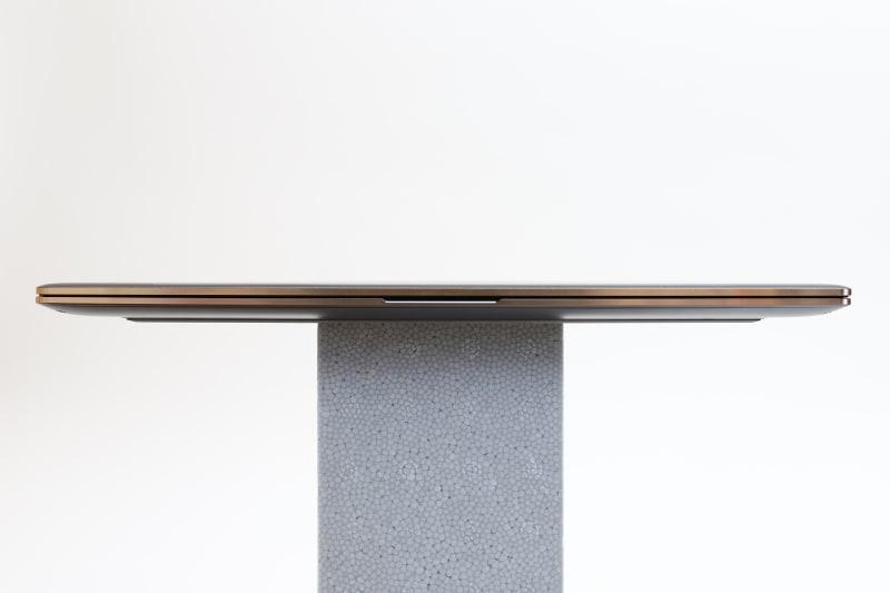 本体前面。中央には指をかけるスリットが用意されており、指1本でスムーズにディスプレイを5cmほど開ける
