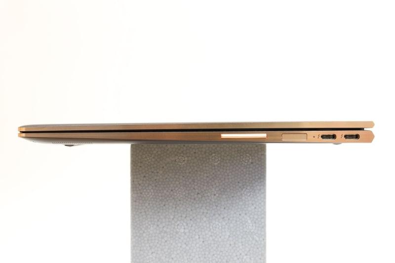 本体右側面。左からボリュームボタン、指紋リーダ、USB 3.1 Type-C(Thunderbolt 3対応、電源オフUSBチャージ機能対応)×2を配置