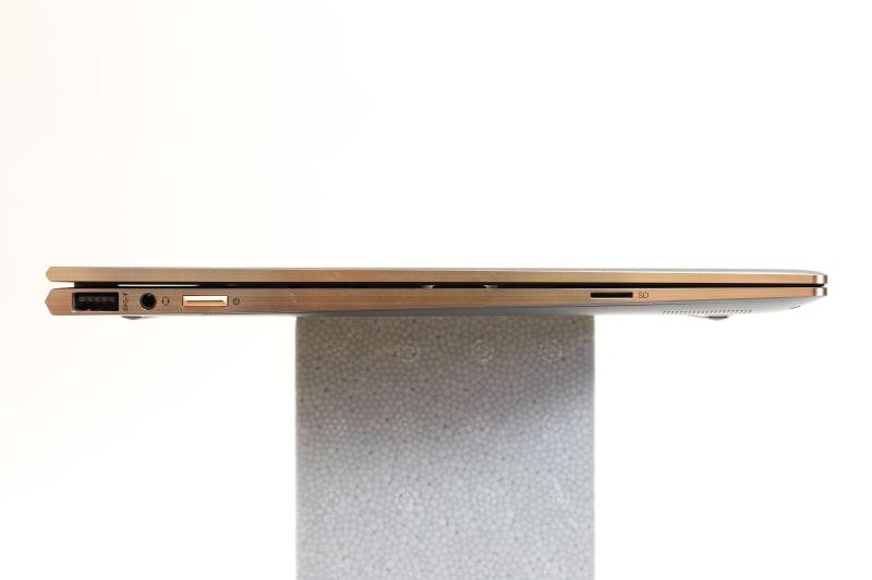 本体左側面。左からUSB 3.1 Type-A(電源オフUSBチャージ機能対応)、マイクロフォン/ヘッドフォン・コンボ・ジャック、電源ボタン、microSDカードスロットを用意