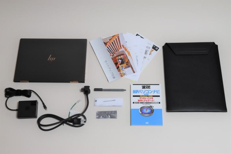 本体同梱物一覧。左上から本体、マニュアル(セットアップ手順、HP Service & Support パソコン生活まるごとガイドブック、サービスおよびサポートを受けるには、アンケートご協力へのお願い、製品の仕様に関する注意事項、HP MYステッカーサービス、プレミアムキャッシュバック)、専用スリーブケース、ACアダプタ、電源コード、Spectreアクティブペン、Spectreアクティブペンのマニュアル、単6電池、速効!HPパソコンナビ特別版