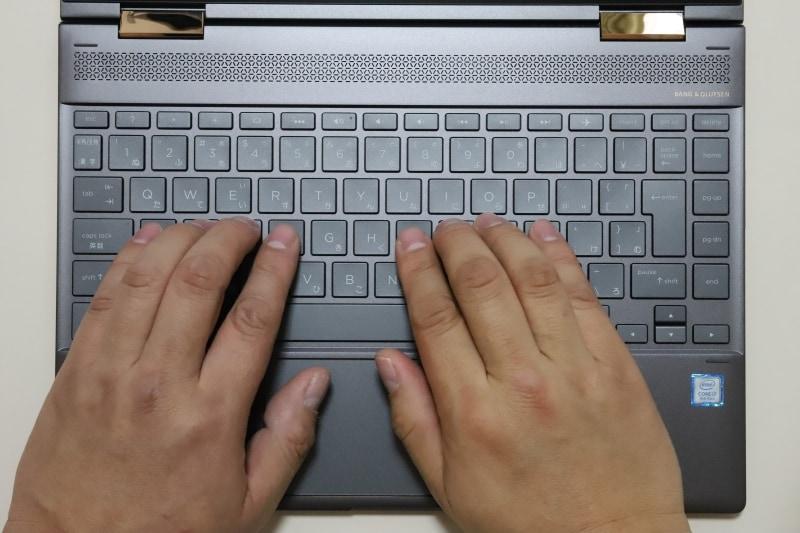 キーボードは89キーのJIS標準準拠仕様。Enterキーの右横に縦に一列キーが配置されているので、Enterキーを打ちづらい