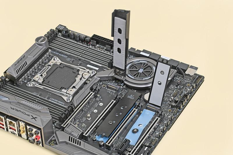 マザーボードによってはM.2 NVMe SSDの冷却用ヒートシンクが付属する。これを利用することで、M.2 NVMe SSDを冷却できる