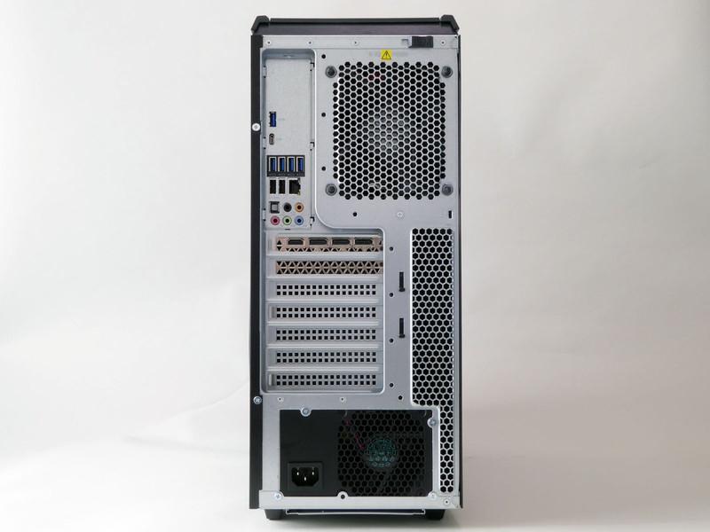 背面は一般的なATXミドルタワーケースと同様のレイアウト。電源は底面寄りに配置している