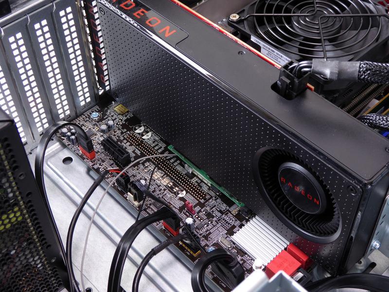 ビデオカードもRadeon RX 570のリファレンスデザインモデル。その下にM.2 SSDが装着されている