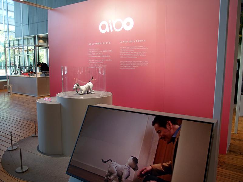ソニー本社ロビーで静展示されているaibo
