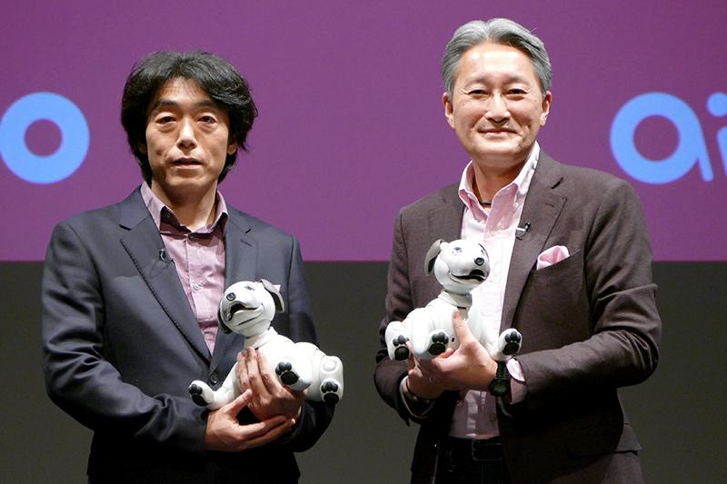 2017年11月1日、aibo発表会でのソニー執行役員 ビジネスエグゼクティブAIロボティクスビジネスグループ長の川西泉氏(左)と平井一夫社長(右)