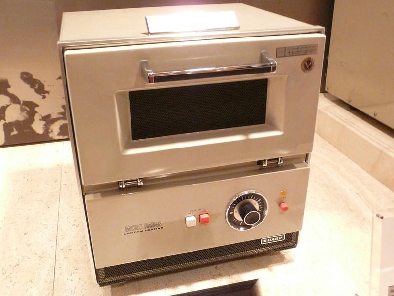1966年に発売した家庭用電子レンジ「R-600」