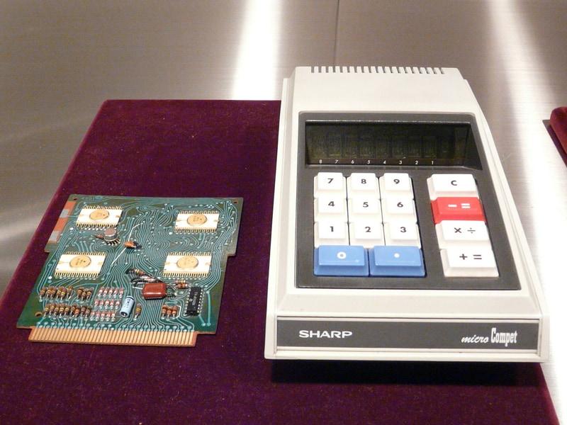 1969年に発売した世界初となる MOS-LSI採用の手のひらサイズ電卓「QT-8D」と同製品に搭載された基板。佐々木氏が調達したLSIが搭載されている