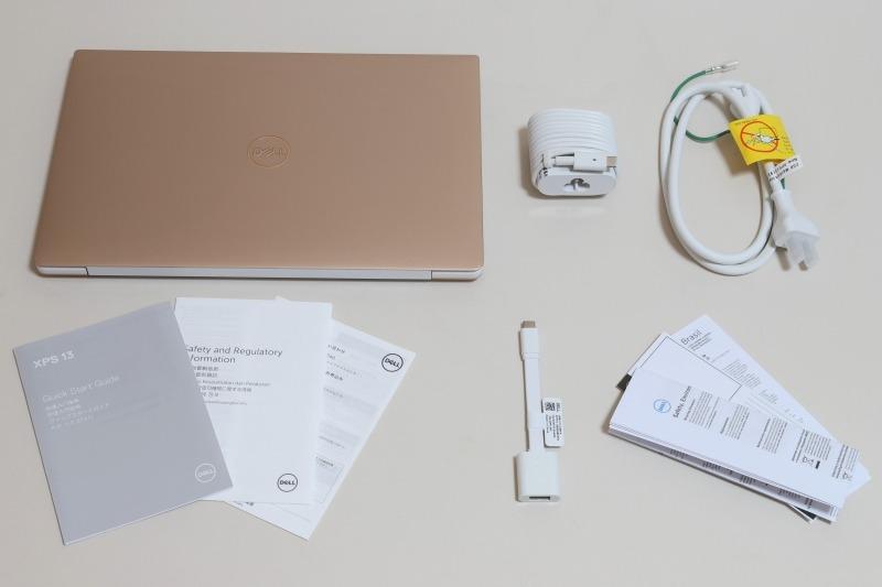 同梱物一覧。左上からACアダプタ、電源ケーブル、本体説明書、USB-C to USB-Aアダプタ、USB-C to USB-Aアダプタ説明書