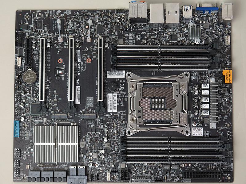 X11SRA-F本体。スタンダードなATXフォームファクタだ。メモリスロットやPCI Express x16スロットが金属によって強度が強化されているのが特徴