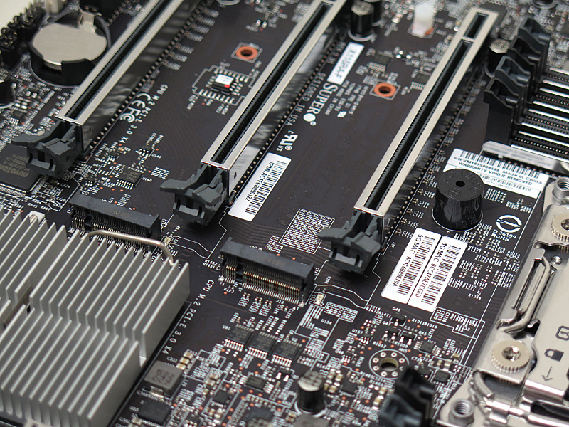 PCI Expressスロットの間にM.2スロットを2基実装している