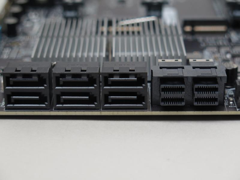 SATA 6Gbpsは6ポート。また、U.2も2ポート備える