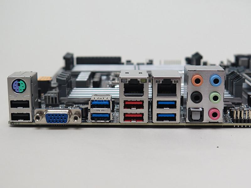 背面インターフェイス。USB 3.1×2、USB 3.0×4、USB 2.0×2、5Gigabit Ethernet、Gigabit Ethernet、ミニD-Sub15ピン、PS/2、音声入出力