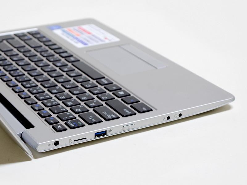 左側面。電源入力、Micro SIMカードスロット、USB 3.0、電源ボタン、マイク/ヘッドフォン端子