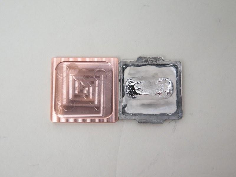 Intel純正のヒートスプレッダとの比較。写真はCore i7-4770Kのもの。なお、Copper IHS for LGA 1151はCore i7-4770Kで利用できない