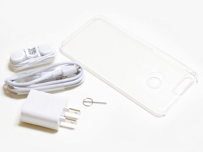 付属品はイヤフォン、USBケーブル、ケース、イジェクトピン、USB式ACアダプタ(サイズ約40×35×20mm、重量27g、出力5V/1A)