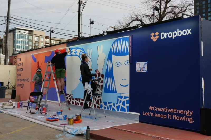Dropboxは道の脇で、看板を会期中ずっと作っていた、芸術祭の側面を持つSXSWならでは