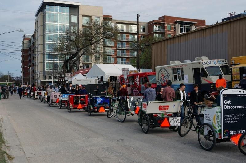 オースティン名物のトラックの露天レストランも大活躍、人力車ならぬ自転車に二輪車を接続したタクシーも活躍