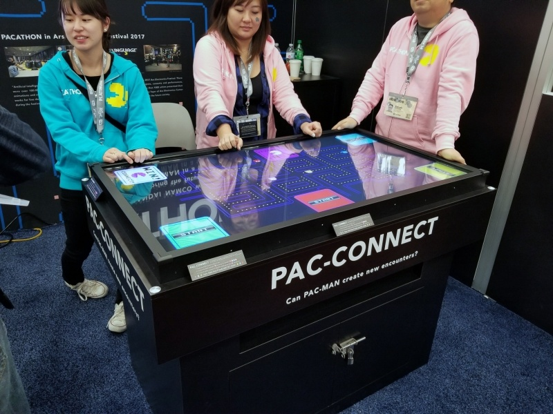 バンダイナムコのPAC-CONNECT。単にクリアするだけでなく、たのプレイヤーと協力して戦わないといけない