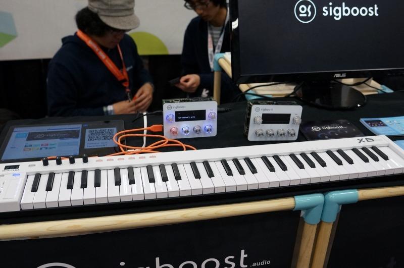 """東京のメイカーフェアにも展示(<a href=""""https://av.watch.impress.co.jp/docs/series/dal/1074613.html"""">「けものエフェクター」も登場。本格派~異色の音モノがMaker Faireに集結</a>参照)していたsigboostは、ザイリンクスのFPGAを利用したユニークな楽器。PCでFPGAのプログラムを作成してsigboostにロードすると、さまざまな楽器として利用できる。ギターのエフェクターにしたり、MIDIの音源にしたりと、プログラム次第でさまざまな可能性が考えられる。将来的にはプログラムのストアなどを開設したりというさまざまな展開を考えているとのこと"""